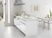 暮らしの中の彩りが映える、美しい白のキッチン。